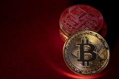 Foto Bitcoins de oro en fondo rojo concepto comercial de moneda crypto Fotografía de archivo