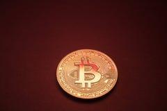 Foto Bitcoins dorato su fondo rosso concetto commerciale di valuta cripto Fotografia Stock Libera da Diritti