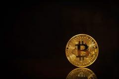 Foto Bitcoins dourado no fundo preto conceito de troca da moeda cripto Fotografia de Stock Royalty Free