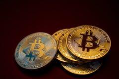 Foto Bitcoins dourado no fundo vermelho conceito de troca da moeda cripto Foto de Stock Royalty Free