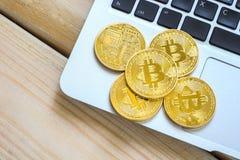 Foto Bitcoins dourado no portátil conceito de troca da moeda cripto Fotografia de Stock Royalty Free