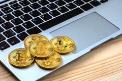Foto Bitcoins dourado no portátil conceito de troca da moeda cripto Fotos de Stock Royalty Free