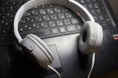 Foto blanca de los auriculares Foto de archivo