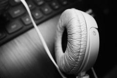 Foto blanca de los auriculares Imagenes de archivo