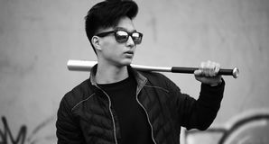 Foto blanca negra del hombre joven asiático al aire libre que presenta Imagenes de archivo