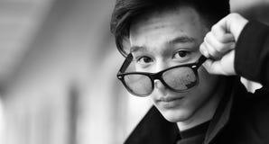 Foto blanca negra del hombre joven asiático al aire libre que presenta Fotografía de archivo