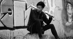 Foto blanca negra del hombre joven asiático al aire libre que presenta Imagen de archivo libre de regalías