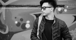 Foto blanca negra del hombre joven asiático al aire libre que presenta Imágenes de archivo libres de regalías