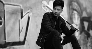 Foto blanca negra del hombre joven asiático al aire libre que presenta Foto de archivo libre de regalías