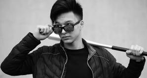 Foto blanca negra del hombre joven asiático al aire libre que presenta Fotografía de archivo libre de regalías