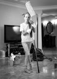 Foto blanco y negro de la casa de la limpieza de la muchacha del adolescente con la esponja Imagen de archivo libre de regalías