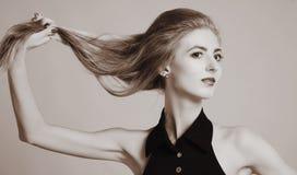 Foto blanco y negro de la moda de la mujer atractiva hermosa Foto de archivo libre de regalías