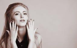 Foto blanco y negro de la moda de la mujer atractiva hermosa Imagenes de archivo
