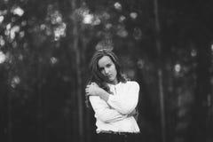Foto blanco y negro de la muchacha atractiva en el parque, bw Fotos de archivo libres de regalías