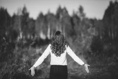 Foto blanco y negro de la muchacha atractiva en el parque, bw Imagen de archivo libre de regalías
