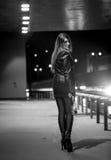 Foto blanco y negro de la mujer atractiva que presenta en la noche en el camino Foto de archivo libre de regalías