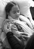 Foto blanco y negro de la mujer que hace la inyección en brazo a g enfermo Fotos de archivo