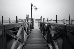 Foto blanco y negro de la orilla del mar de Venecia Foto de archivo libre de regalías