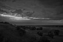 Foto blanco y negro de las colinas en el amanecer Foto de archivo libre de regalías