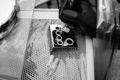 Foto blanco y negro de Pekín, China El artista principal del tatuaje prepara las herramientas para tatuar fotos de archivo libres de regalías