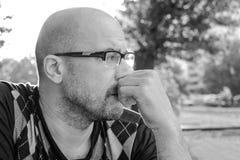 Foto blanco y negro de Pekín, China El hombre con los vidrios es deprimido Problemas en vida personal y en el trabajo Tensión y d fotos de archivo
