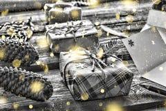 Foto blanco y negro de Pekín, China Primer en una tabla de madera, copos de nieve de oro de los regalos de la Navidad Foto de archivo libre de regalías