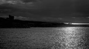 Foto blanco y negro de un barco de pesca y un castillo y una isla fotografía de archivo