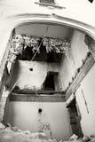 Foto blanco y negro de una casa vieja, abandonada, arruinada Fotografía de archivo libre de regalías