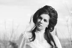 Foto blanco y negro de una mujer en un vestido blanco Imagen de archivo libre de regalías