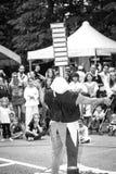 Foto blanco y negro del artista de la calle del juglar Imágenes de archivo libres de regalías
