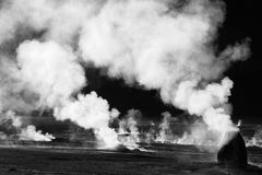 Foto blanco y negro del campo del géiser, Chile Foto de archivo libre de regalías