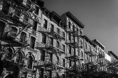 Foto blanco y negro del exterior de un edificio en Nueva York Imágenes de archivo libres de regalías