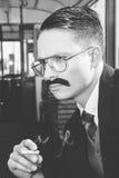 Foto blanco y negro del hombre con los vidrios en un traje que asiste fotografía de archivo libre de regalías