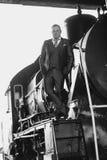 Foto blanco y negro del hombre en el traje retro que se coloca en Lo-Com vieja fotografía de archivo