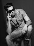 Foto blanco y negro del modelo masculino joven Fotos de archivo