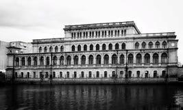 Foto blanco y negro del palacio de la juventud en Kaliningrado imagen de archivo libre de regalías