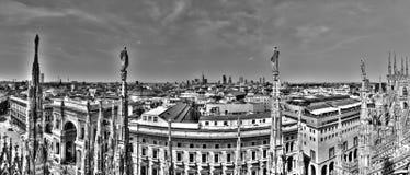 Foto blanco y negro del panorama de las estatuas de mármol de los di Milano del Duomo de la catedral, del paisaje urbano y del Ga Foto de archivo libre de regalías
