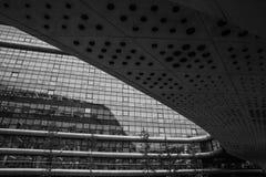 Foto blanco y negro del primer abstracto de los detalles modernos de la fachada de la arquitectura Oficina de negocios Imagen de archivo libre de regalías