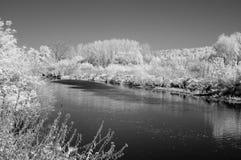 Foto blanco y negro del río de Miass debajo de la ciudad de Cheliábinsk fotos de archivo