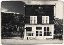 Foto blanco y negro del vintage de la sepia del edificio de madera occidental viejo en St Elmo Gold Mine Ghost Town en Colorado foto de archivo
