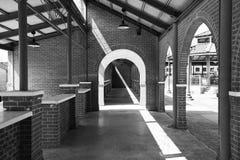 Foto blanco y negro tomada en un trainstation, sxsw 2016 en Austin Texas Fotos de archivo libres de regalías