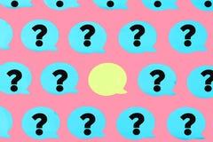 Foto, blauwe stickers met vraagtekens op een roze achtergrond In het centrum is een lege gele sticker abstracte oranje achtergron stock illustratie