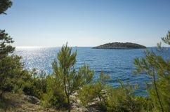 Foto bonita da natureza e da paisagem do dia de verão ensolarado no mar de adriático em Dalmácia, Croácia, Europa Fotos de Stock