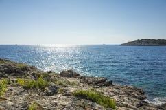 Foto bonita da natureza e da paisagem do dia de verão ensolarado no mar de adriático em Dalmácia, Croácia, Europa Imagens de Stock Royalty Free