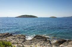 Foto bonita da natureza e da paisagem do dia de verão ensolarado no mar de adriático em Dalmácia, Croácia, Europa Fotografia de Stock