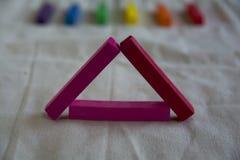 Foto borrada para um fundo com um triângulo cor-de-rosa de varas e de pontos pasteis artísticos do arco-íris S?mbolo de LGBT fotos de stock royalty free