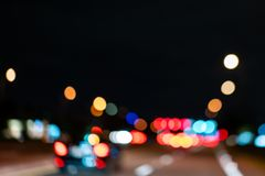 Foto borrosa colorida de las luces de los coches de la calle en la noche imagen de archivo
