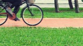 Foto borrosa de la bicicleta en una trayectoria de la bici en el movimiento Imágenes de archivo libres de regalías