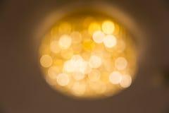 Foto borrosa de la lámpara del techo en luz caliente del color Fotos de archivo libres de regalías