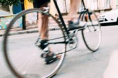 Foto borrosa de las piernas masculinas en la bicicleta Imágenes de archivo libres de regalías